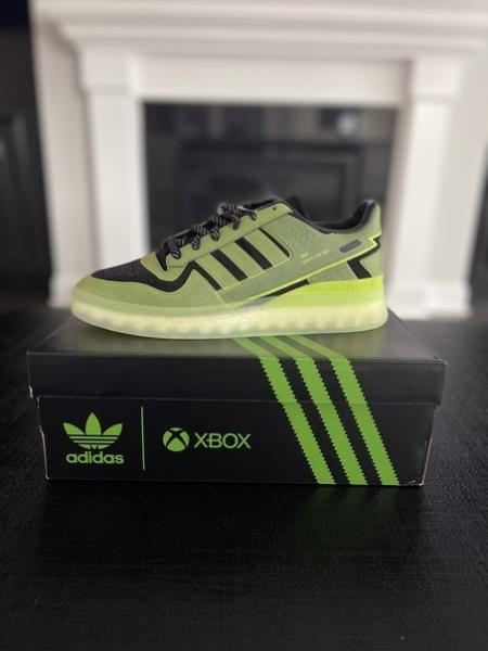 На прошлой неделе Microsoft и Adidas представили кроссовки в честь двадцатилетия Xbox. Милан Ли, менеджер по мероприятиям ID @Xbox , уже заполучил пару кроссовок и сделал первые фотографии: